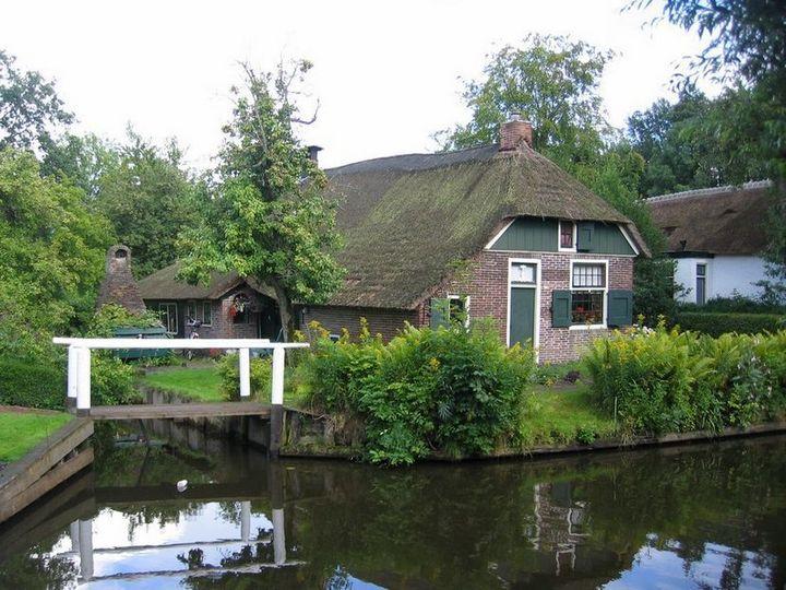 Живописная деревня Гитхорн в Нидерландах где нет дорог (11)