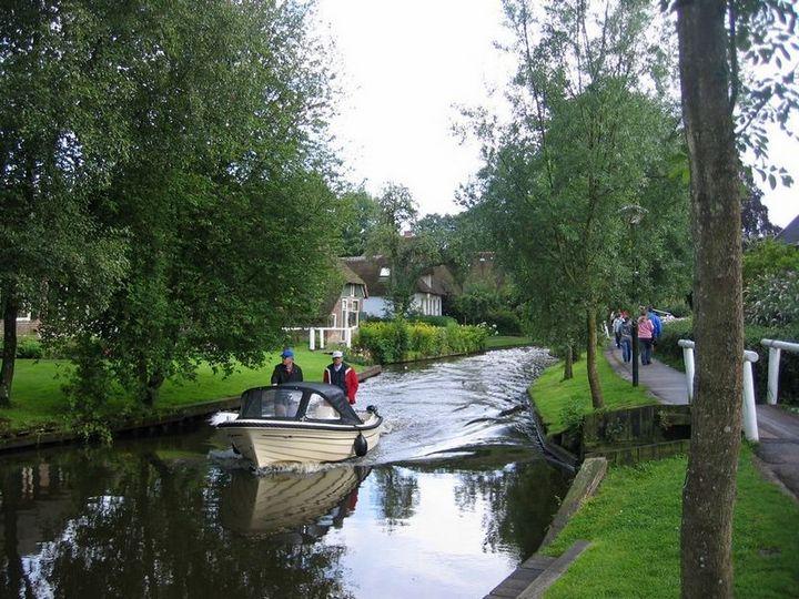 Живописная деревня Гитхорн в Нидерландах где нет дорог (10)