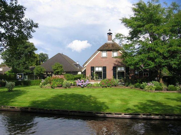 Живописная деревня Гитхорн в Нидерландах где нет дорог (9)