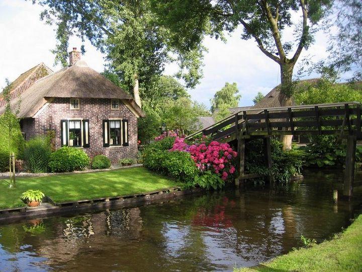 Живописная деревня Гитхорн в Нидерландах где нет дорог (5)