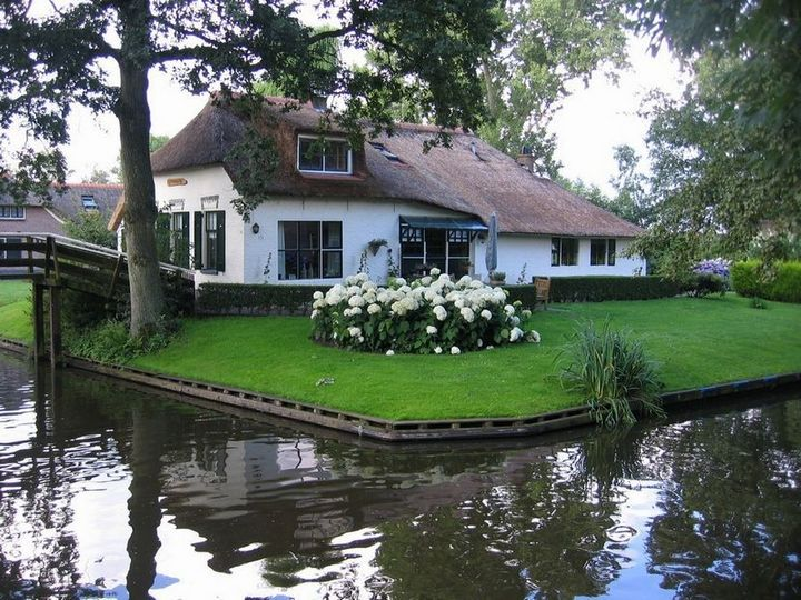 Живописная деревня Гитхорн в Нидерландах где нет дорог (3)