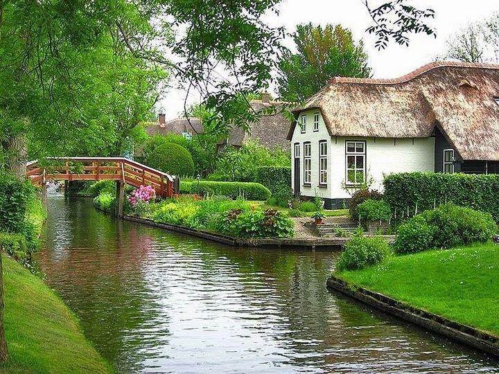 Живописная деревня Гитхорн в Нидерландах где нет дорог (2)