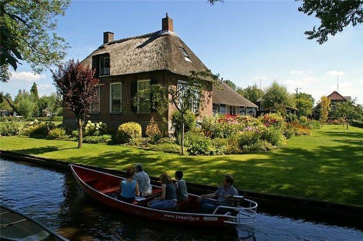 Живописная деревня Гитхорн в Нидерландах где нет дорог (1)
