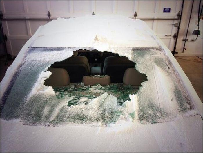 Что будет если полить кипятком замерзшее стекло автомобиля? (2)