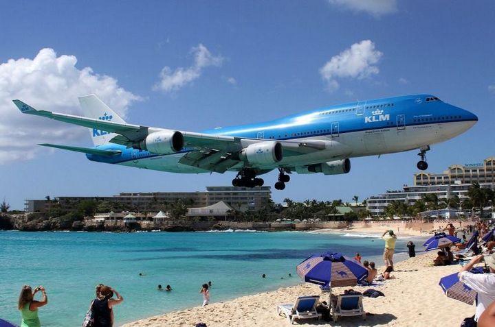 Необычный пляж с низколетящими самолетами на острове Сен-Мартен