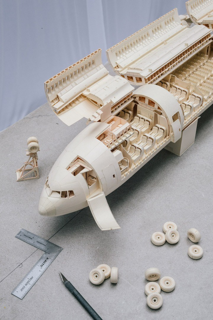 крупную модель самолета.