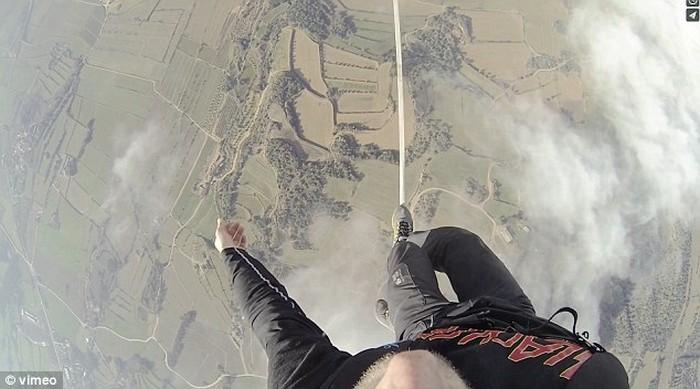 Ходьба по канату на большой высоте, по канату натянутым между воздушных шаров (10)