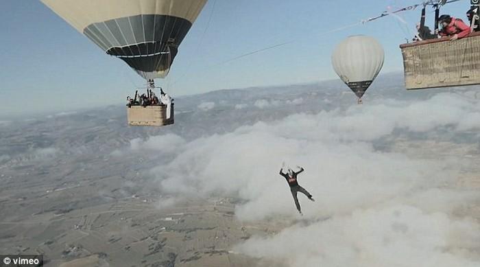 Ходьба по канату на большой высоте, по канату натянутым между воздушных шаров (11)