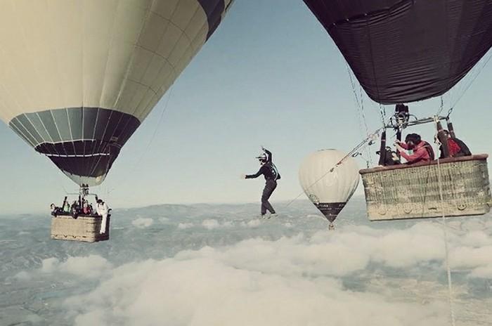 Ходьба по канату на большой высоте, по канату натянутым между воздушных шаров (1)