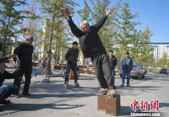 Китаец носит железные башмаки весом 405 кг (1)