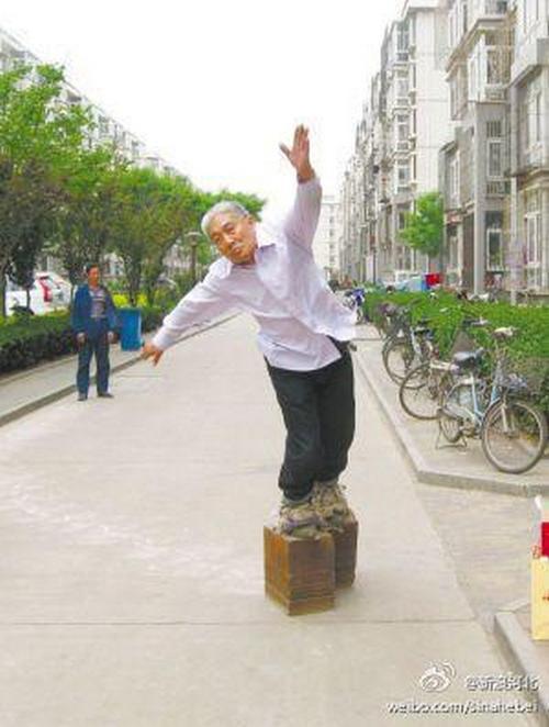 Китаец носит железные башмаки весом 405 кг (2)