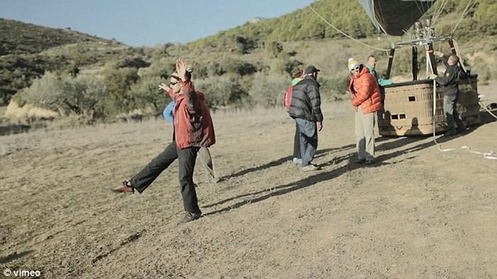 Ходьба по канату на большой высоте, по канату натянутым между воздушных шаров (2)