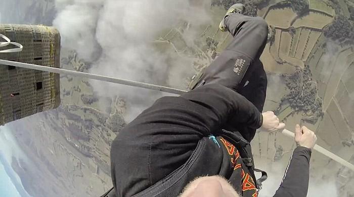 Ходьба по канату на большой высоте, по канату натянутым между воздушных шаров (9)