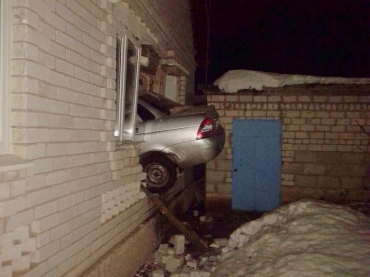 В Самарской области LADA Priora протаранила жилой дом (2)