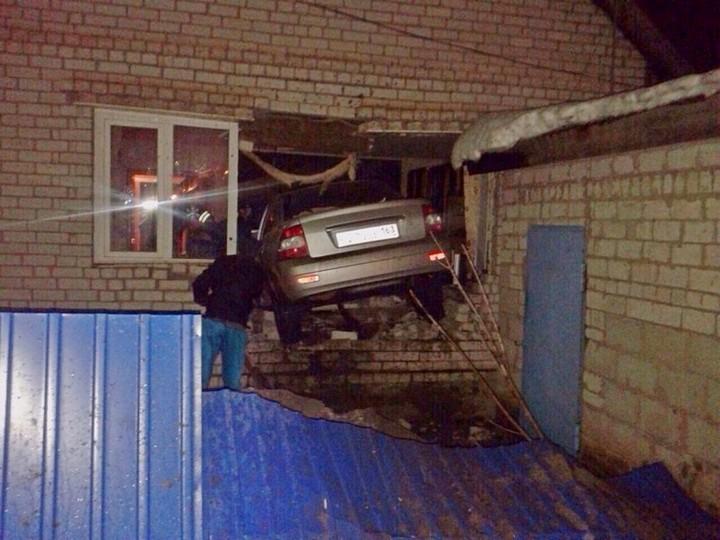 В Самарской области LADA Priora протаранила жилой дом (3)