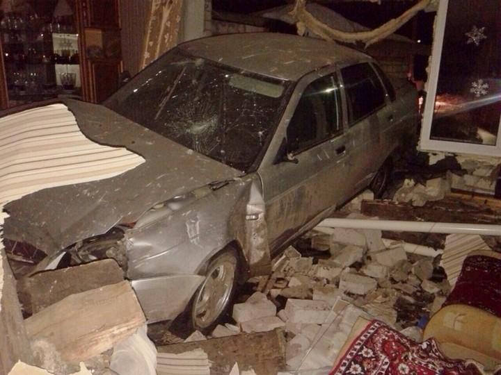 В Самарской области LADA Priora протаранила жилой дом (1)