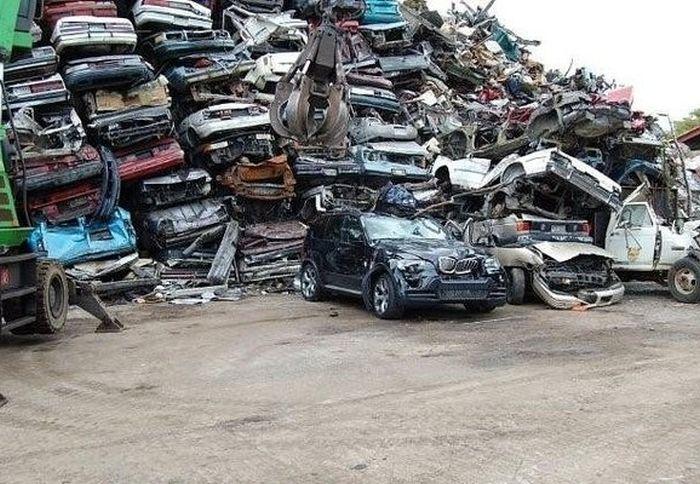Превращение BMW X5 в груду металлолома (3)