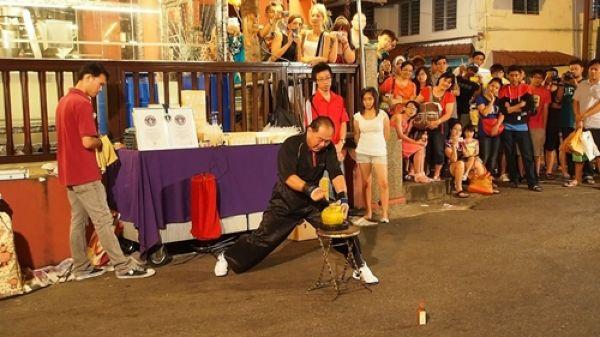 Китаец пробивает пальцем кокосовый орех (3)