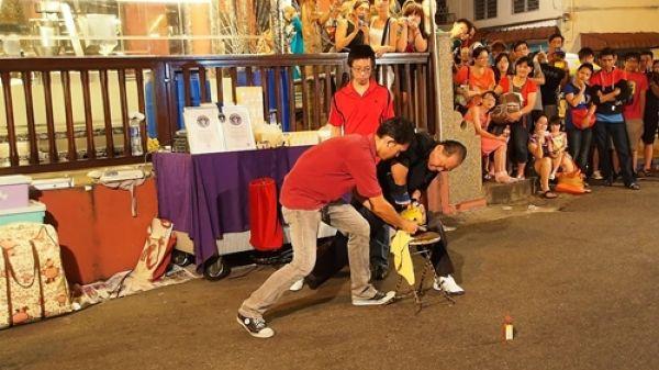 Китаец пробивает пальцем кокосовый орех (4)