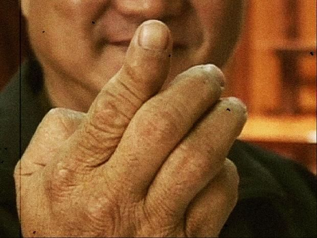 Китаец пробивает пальцем кокосовый орех (6)