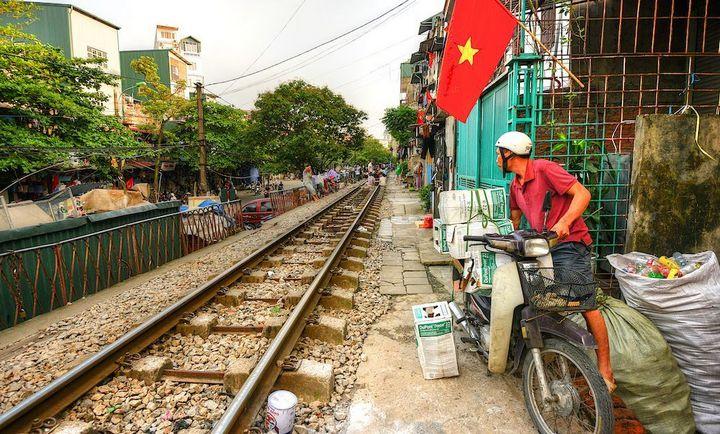 Железнодорожная линия проходящая по улице в Ханое (1)