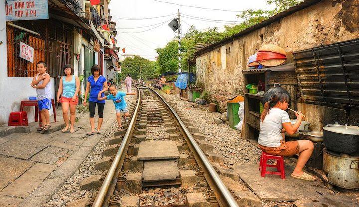 Железнодорожная линия проходящая по улице в Ханое (2)