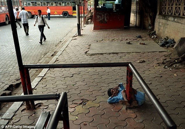 Индийская бабушка привязывает своего внука за ноги к автобусной остановке (2)