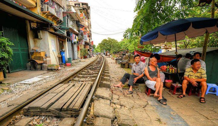 Железнодорожная линия проходящая по улице в Ханое (3)