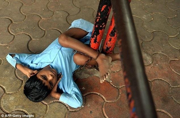 Индийская бабушка привязывает своего внука за ноги к автобусной остановке (3)