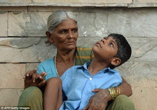 Индийская бабушка привязывает своего внука за ноги к автобусной остановке (4)