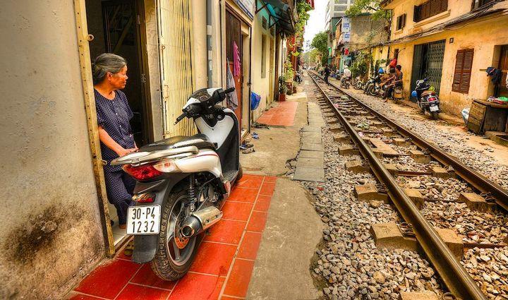 Железнодорожная линия проходящая по улице в Ханое (5)