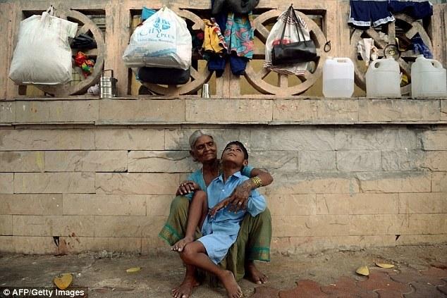 Индийская бабушка привязывает своего внука за ноги к автобусной остановке (5)