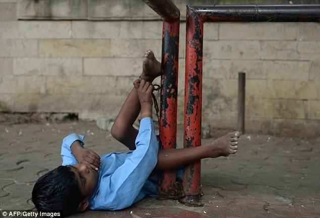 Индийская бабушка привязывает своего внука за ноги к автобусной остановке (6)