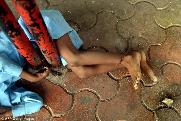 Индийская бабушка привязывает своего внука за ноги к автобусной остановке (7)
