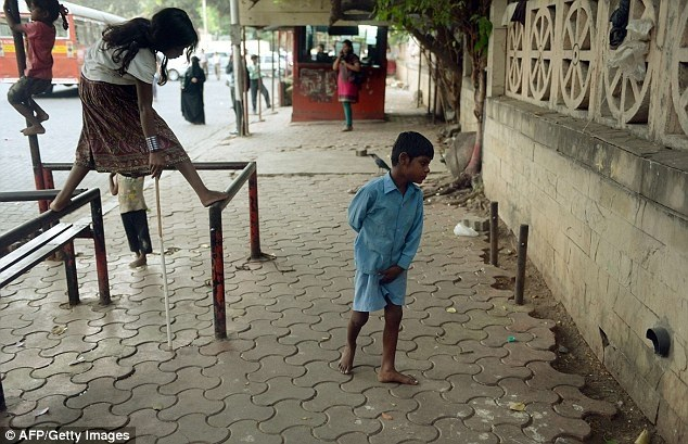 Индийская бабушка привязывает своего внука за ноги к автобусной остановке (9)