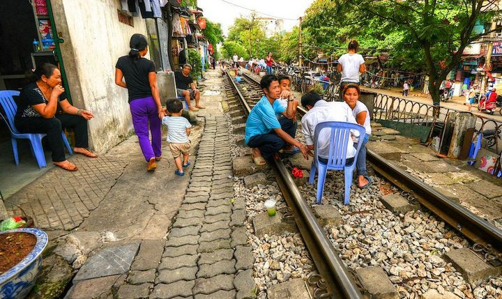 Железнодорожная линия проходящая по улице в Ханое (10)