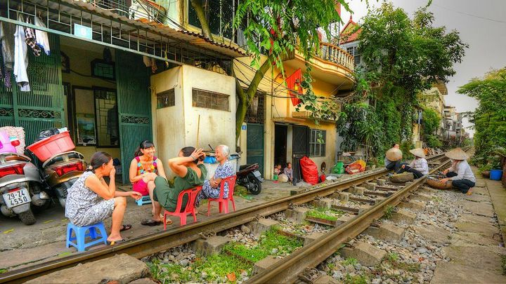 Железнодорожная линия проходящая по улице в Ханое (11)