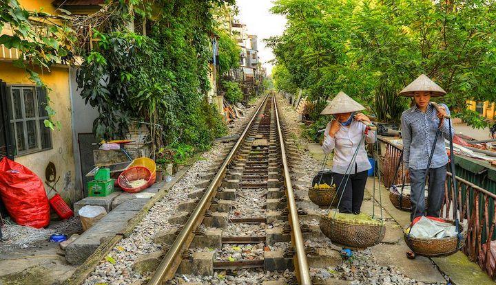 Железнодорожная линия проходящая по улице в Ханое (12)