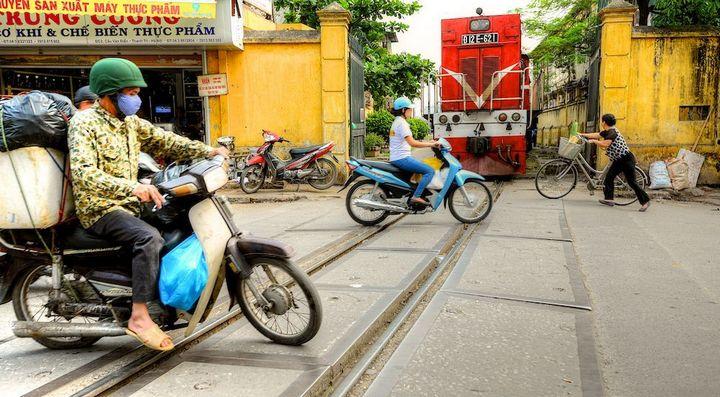 Железнодорожная линия проходящая по улице в Ханое (13)