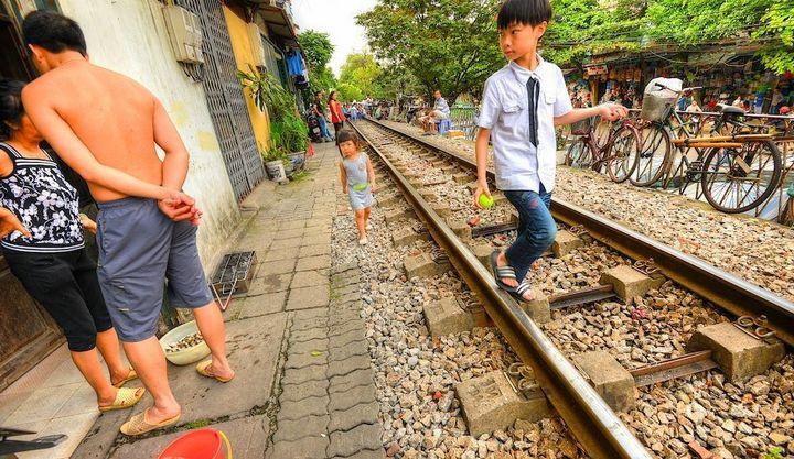 Железнодорожная линия проходящая по улице в Ханое (14)