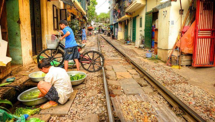Железнодорожная линия проходящая по улице в Ханое (17)