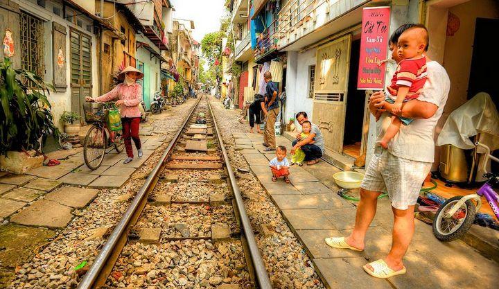 Железнодорожная линия проходящая по улице в Ханое (18)