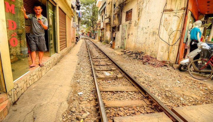 Железнодорожная линия проходящая по улице в Ханое (22)