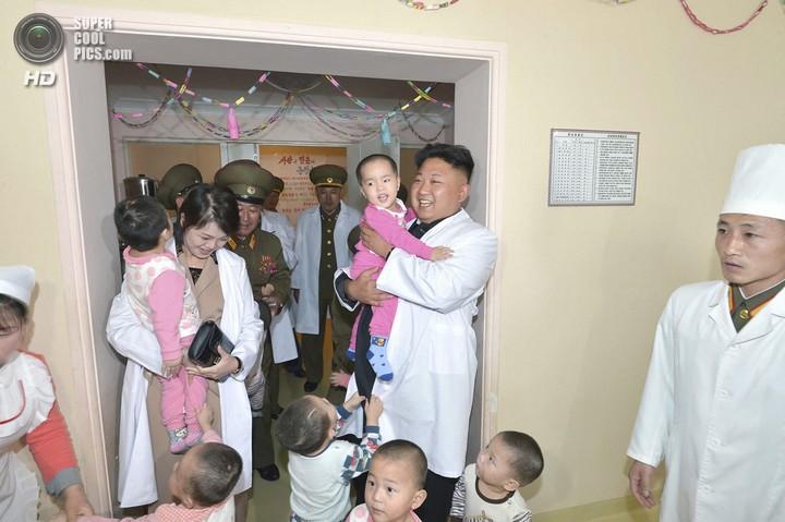 Как Ким Чен Ын деток в госпитале проведал (3)