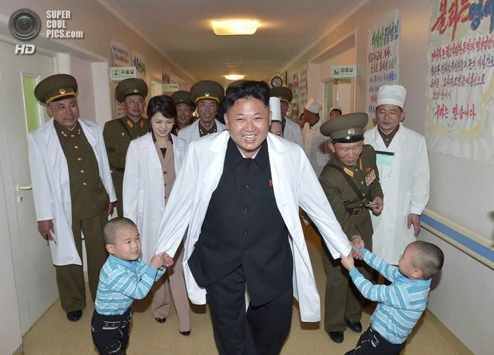 Как Ким Чен Ын деток в госпитале проведал (4)