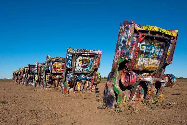 Необычный арт-объект «Ранчо Кадиллак» в Техасе (1)