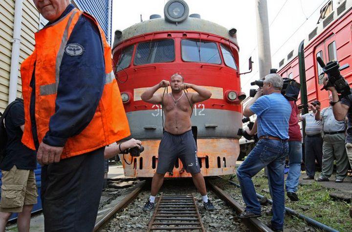 Владивостокский спортсмен сдвинул с места электропоезд весом 120 тонн (1)