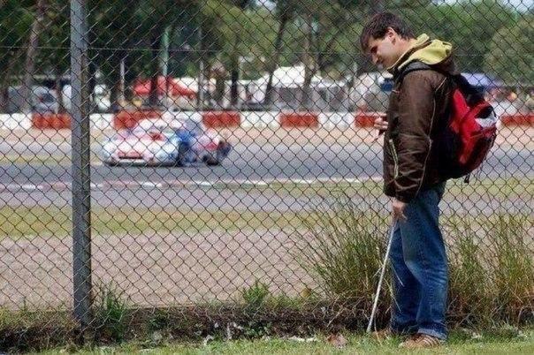 Слепой парень слушает звуки спортивных автомобилей