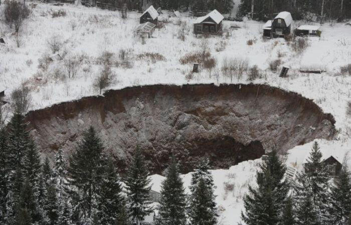 Провал грунта в Соликамске (2)