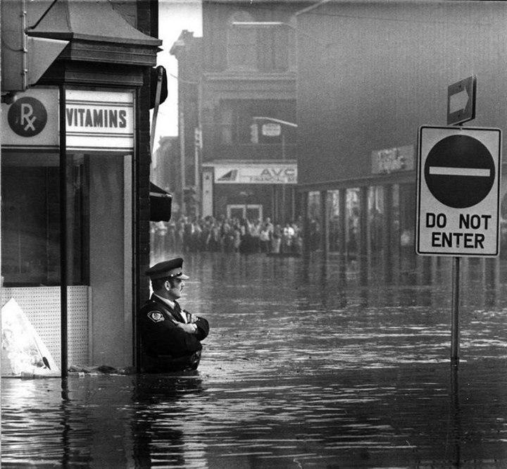 Канадский офицер охраняет аптеку от разграбления во время наводнения, 1974 г